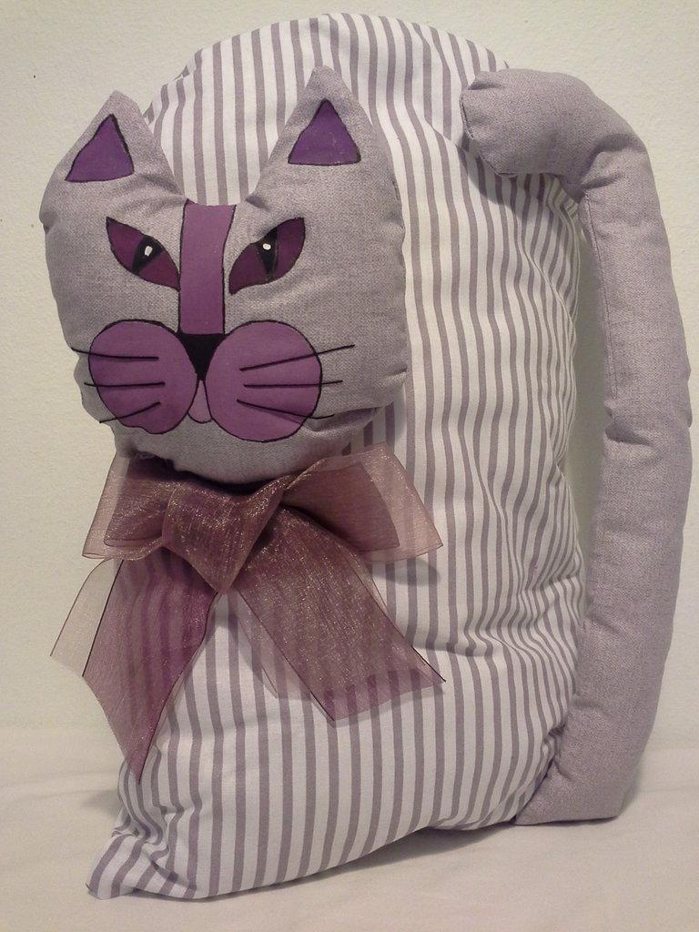 Cuscino gatto con fiocco lilla