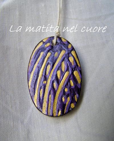 Ciondolo legno ovale linee e segni viola oro dipinto a mano