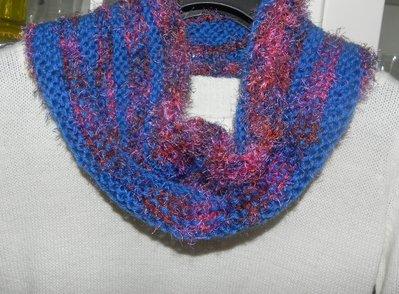 Sciarpa scaldacollo ad anello in misto lana nei toni del blu con piuma multicolore
