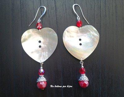 Orecchini con bottoni in vera madreperla a forma di cuore, ciondoli di cristallo rosso rubino