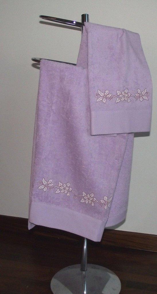 asciugamani lilla con fiori