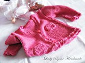 Cardigan neonata in puro cotone lavorato a mano ai ferri con rifiniture ad uncinetto