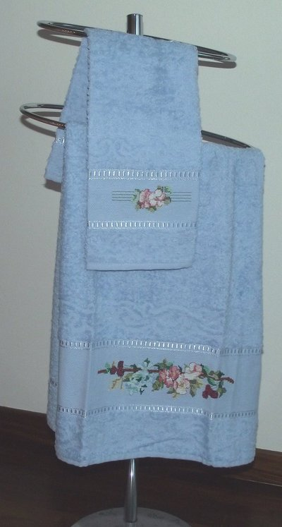 asciugamano azzurro con fiori