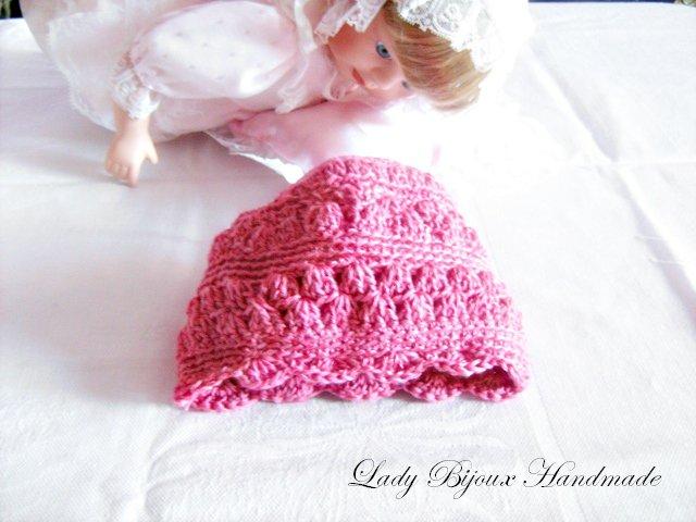 Cappellino neonata in puro cotone lavorato a mano ai ferri con rifiniture ad uncinetto