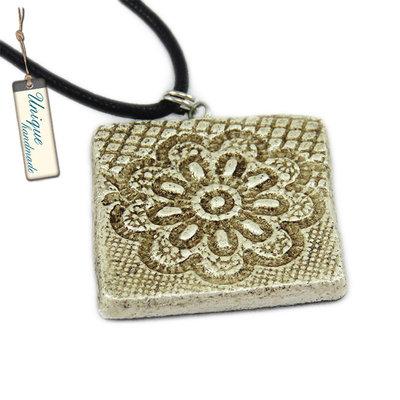Collana in stile etnico con pendente quadrato