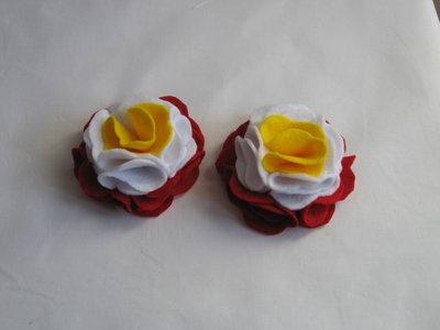 fiori in pannolenci per decorare con base rossa