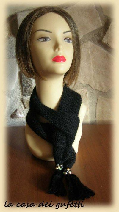 Sciarpa da donna nera realizzata in lana mohair con paillettes e rifinita con nappine e perle