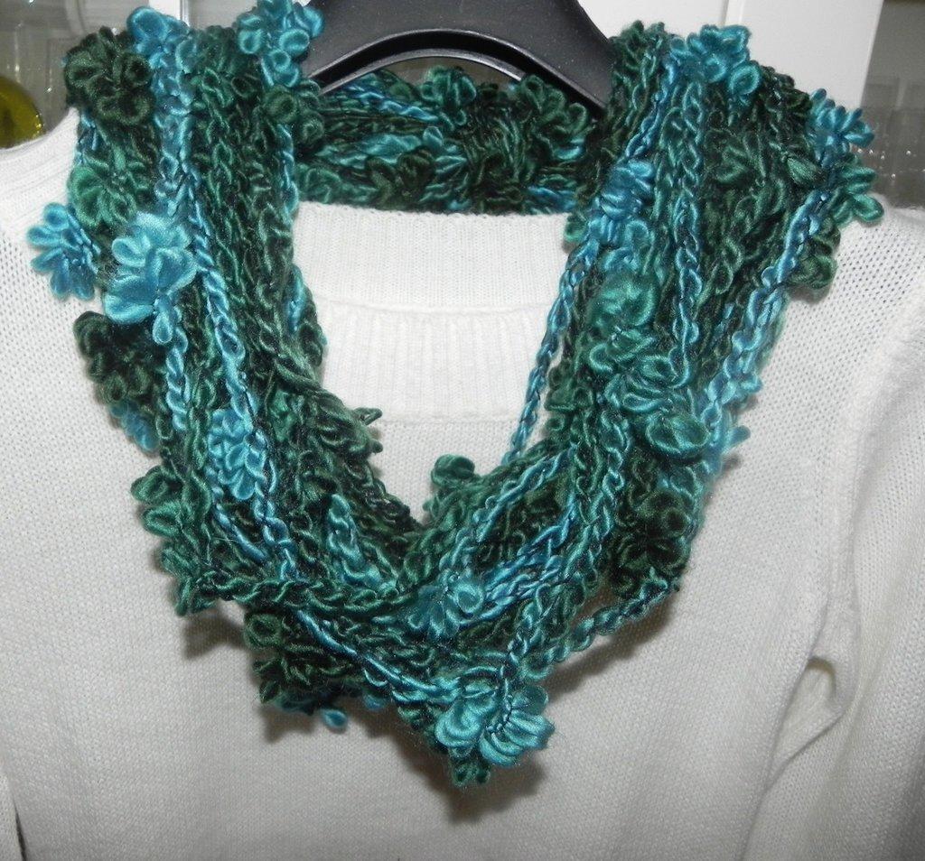 Sciarpa collana fatta a mano ad uncinetto con fiori toni del verde
