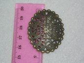 Medaglione bronzo antico, di forma ovale ad effetto filigrana e foro per pietra