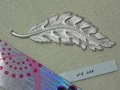 Pendente a forma di grande foglia argento satinato di cm.11,6x4