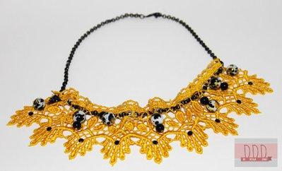 Collana in Pizzo Arabesque in vari colori con applicazioni di Strass e Perle e catenina di metallo assemblata a mano