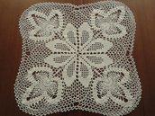 Centrino fatto a mano con l'uncinetto e cotone bianco