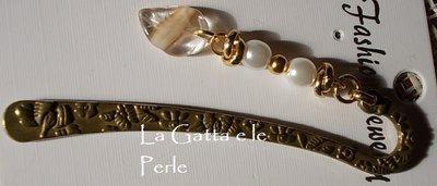 Segnalibro in metallo con ciondolo di perle e fogliolina sintetica
