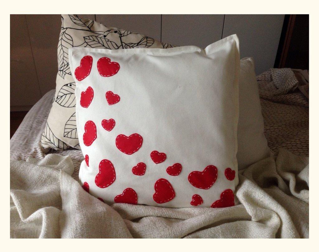 SPEDIZIONE GRATUITA!!! Federa Cuscino bianco con cuori rossi