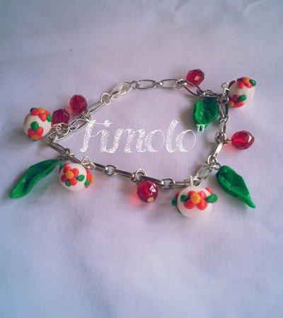 bracciale con perline decorate in fiori e foglioline in fimo