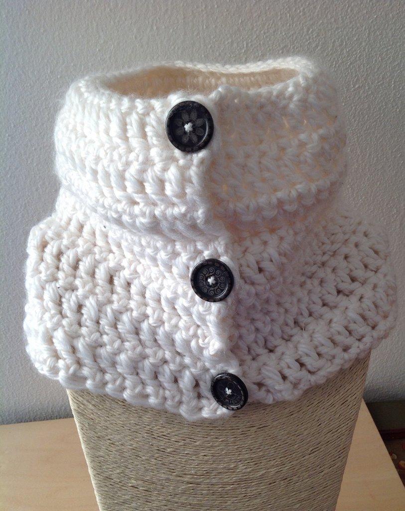 Scaldacollo in lana bianco e bottoni in legno neri