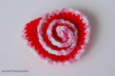 Spilla -Rosa spirale 3D -  in rosso, rosa, bianco ad uncinetto