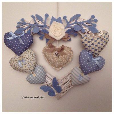 Cuore/fiocco nascita 8 cuori sui toni dell'azzurro con rosa e farfalla