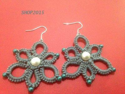 orecchini  a fiore grigio realizzati al chiaccherino con perle 4 cm in offerta
