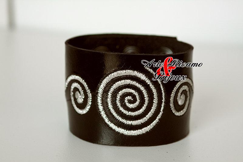 Bracciale artigianale in pelle cuoio con spirali moda 2015 by Arte Ricamo & Bijoux