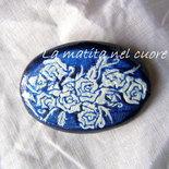 Spilla ovale in legno rose perla su fondo blu dipinta a mano