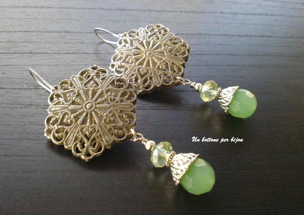 Orecchini con bottoni vintage in metallo argentato anticato con perline di vetro color verde menta