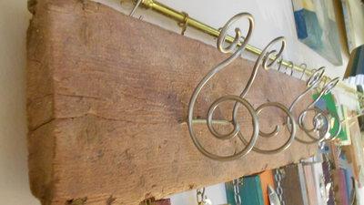 attaccapanni di legno con ganci di metallo