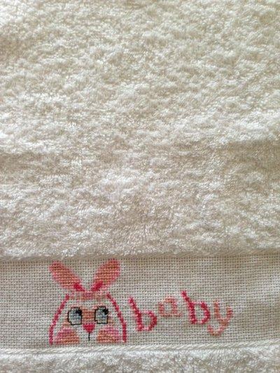Bavaglino con coniglietto ricamato a punto croce