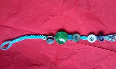 Braccialetto estivo macramé decorato con bottoni vari