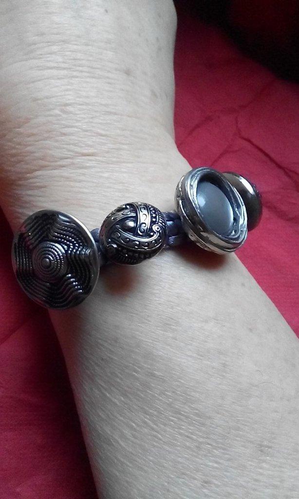 Braccialetto macramé decorato con bottoni