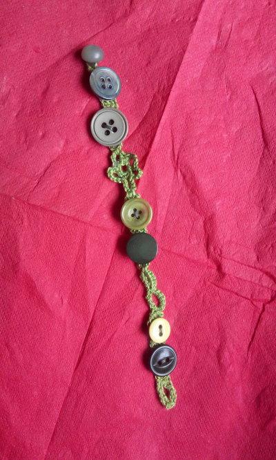 Braccialetto estivo all'uncinetto decorato con bottoni vari