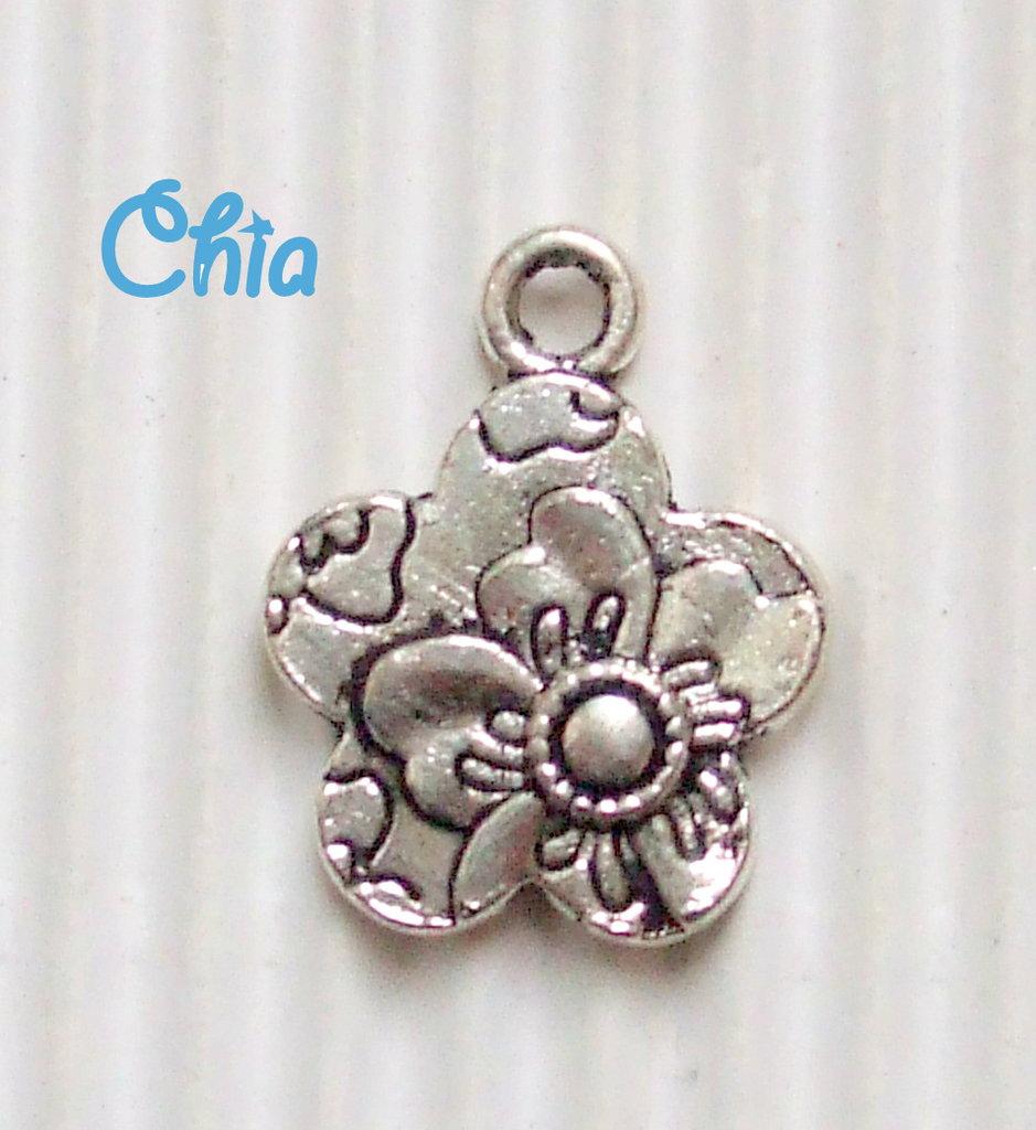 5 charms fiore decorato in rilievo