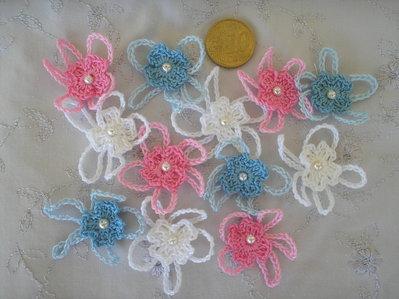 10 fiorellini bianchi, celesti o rosa ad uncinetto con perlina