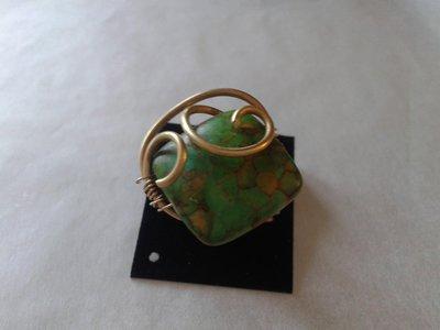 anello wire realizzato con perla di dispro sintetica e filo di ottone