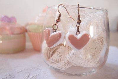 Orecchini cuore  pendenti , ciondolo cuore, pendente cuore con crema , smaltato, orecchini stile shabby , stile vintage, orecchini san valentino, orecchini dell'amore, cuore shabby