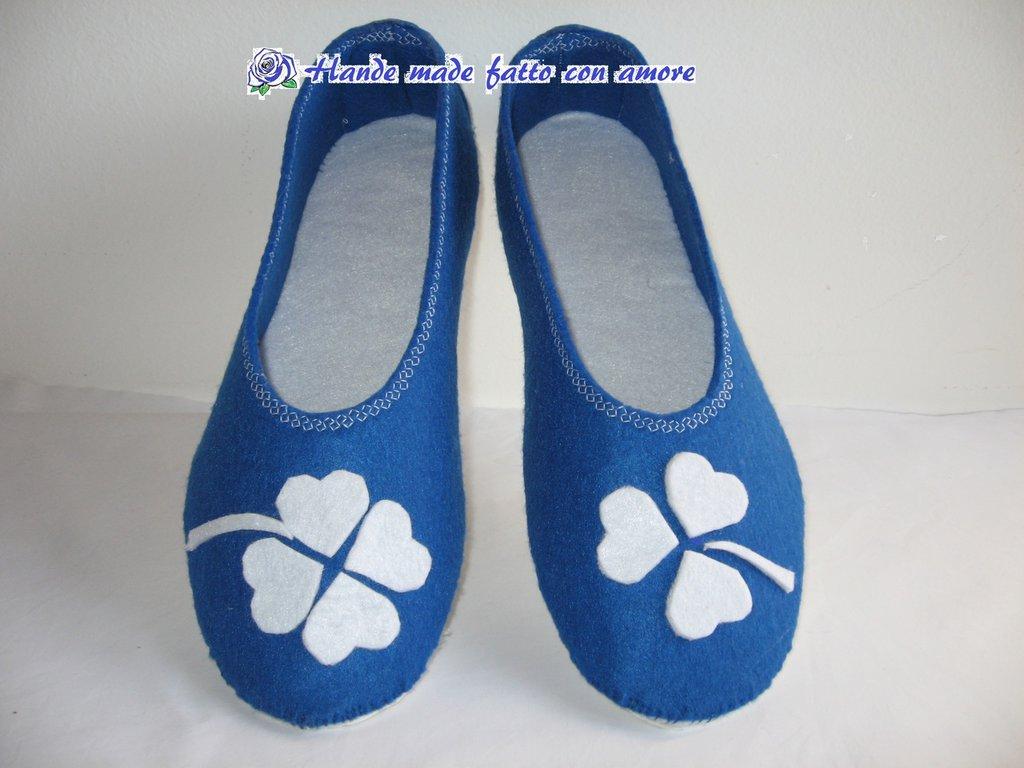 babbucce o pantofole in feltro blu