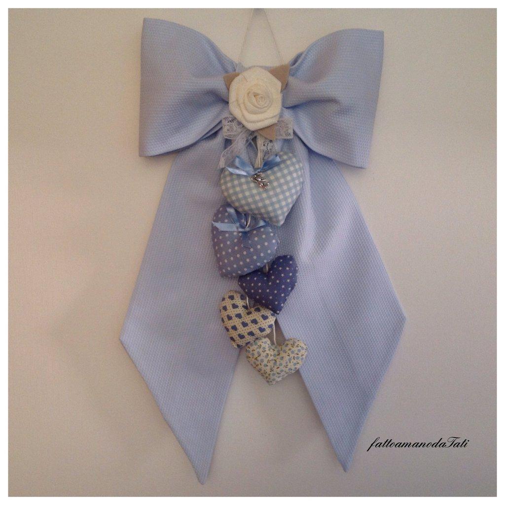 Fiocco nascita in piquet azzurro con 5 cuori e rosa di lino