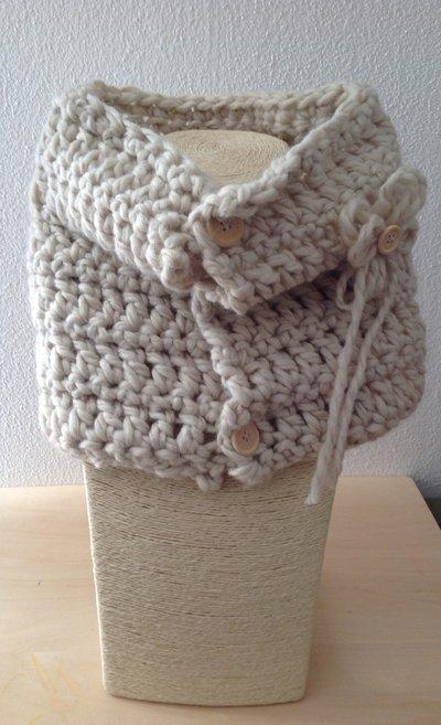Scaldacollo in pura lana bianca lavorato a crochet,con spilla e bottoni in legno