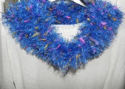 Sciarpa scaldacollo ad anello fatto a mano con piuma e foglioline in stoffa