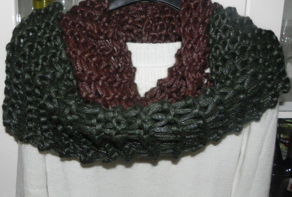 Scaldacoll bicolore verde-marrone handmade