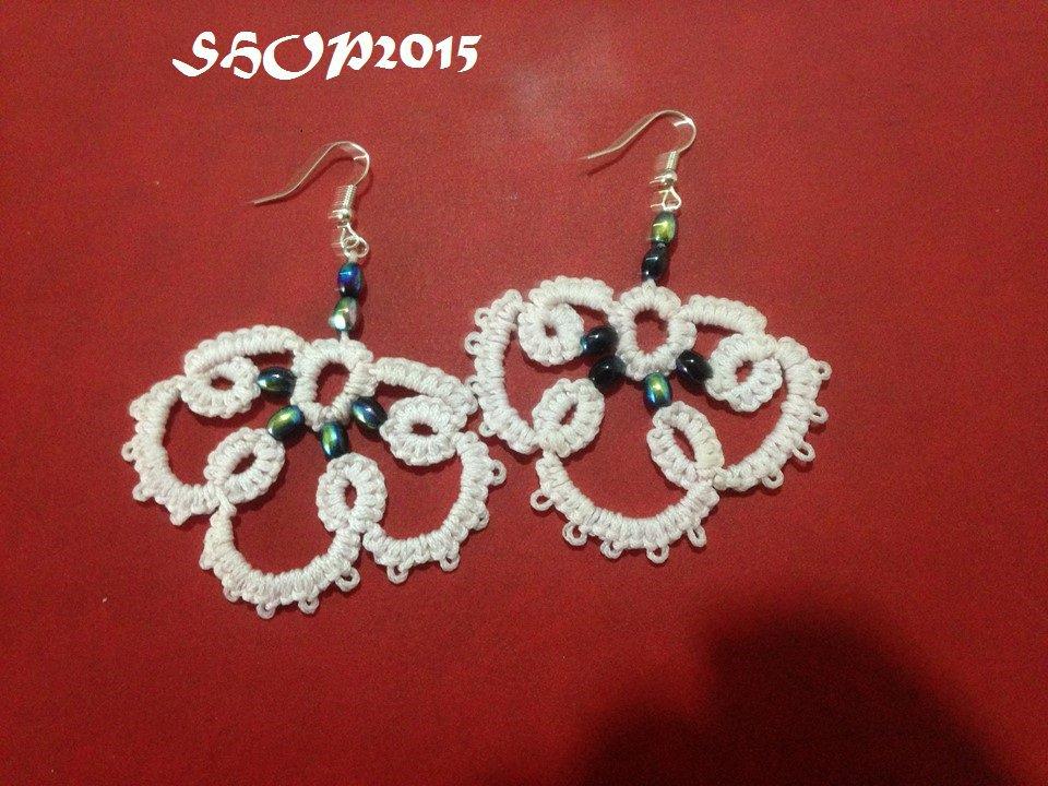 orecchini  realizzati al chiaccherino bianco con perline ab 4x6 c
