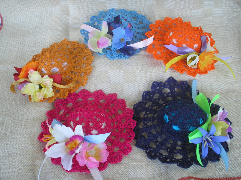 12 cappellini e 1 vaso con 3 fiori ad uncinetto