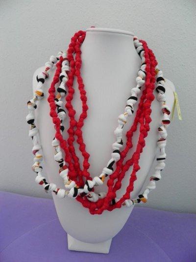 collana in fettuccia rossa e bianca