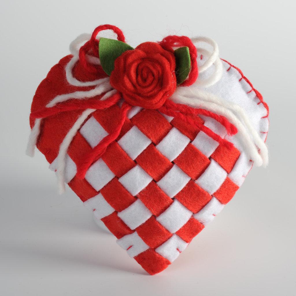 cuore rosso in feltro