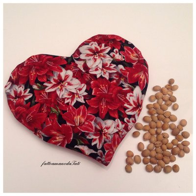 Cuscinetto termoterapico in cotone a forma di cuore con noccioli di ciliegia