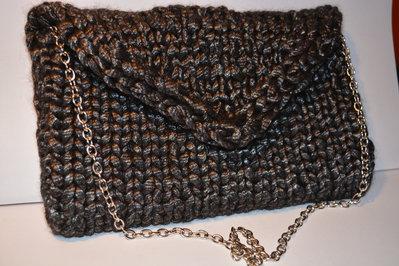 Pochette di lana con apertura a triangolo (color nera con fili lucidi grigi)