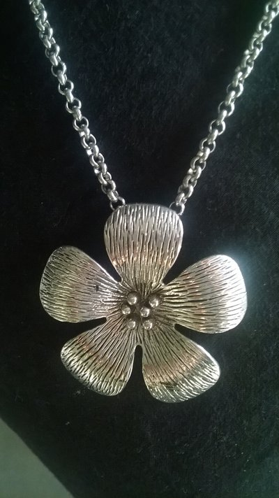 collana con ciondolo a forma di fiore stilizzato