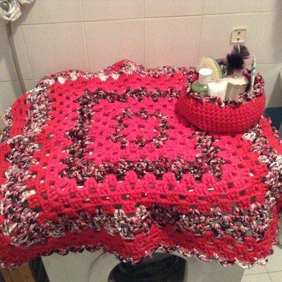 Tappeto quadrato realizzato con fettuccia