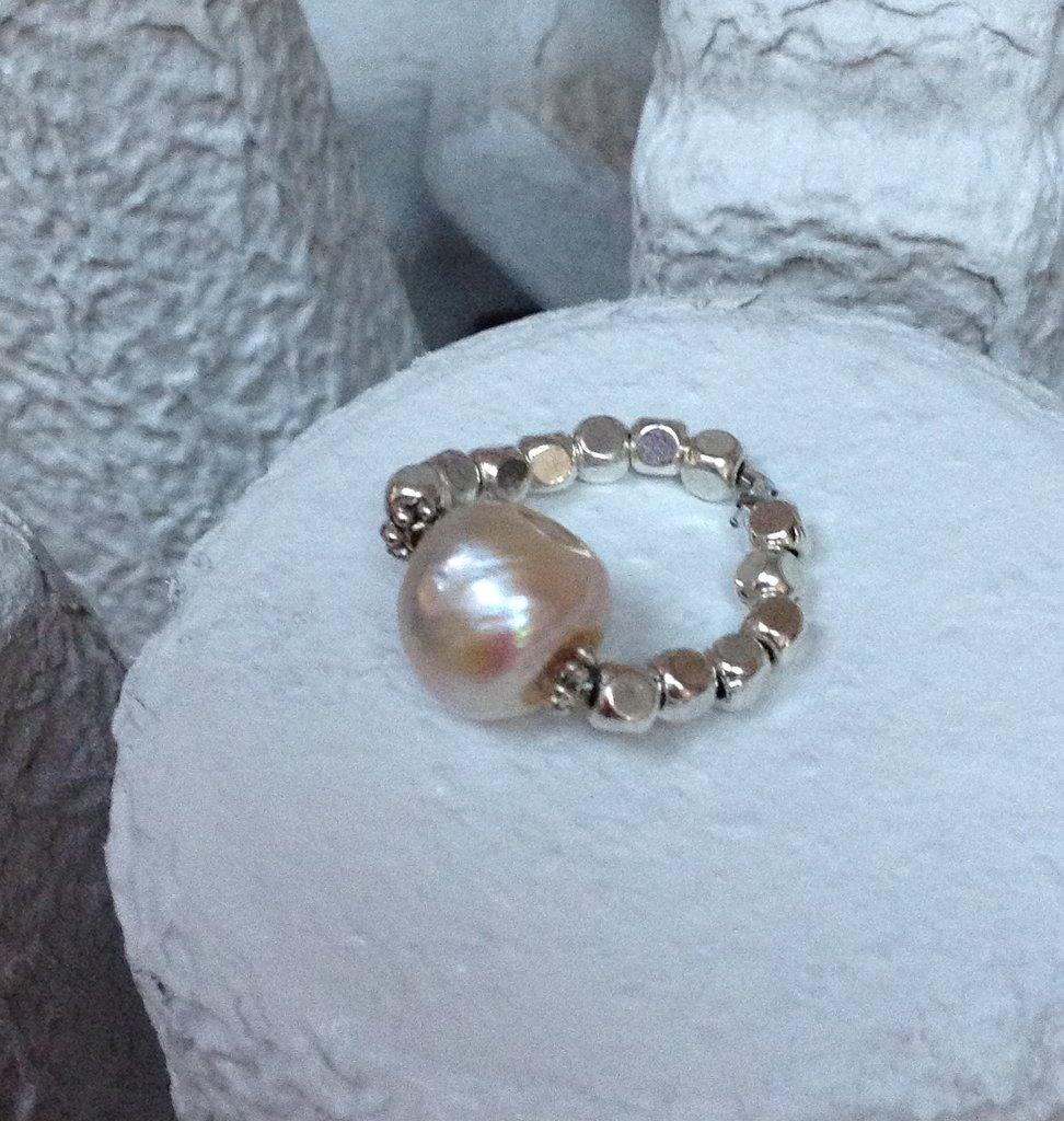 Anello con perla di fiume ed elementi in ottone