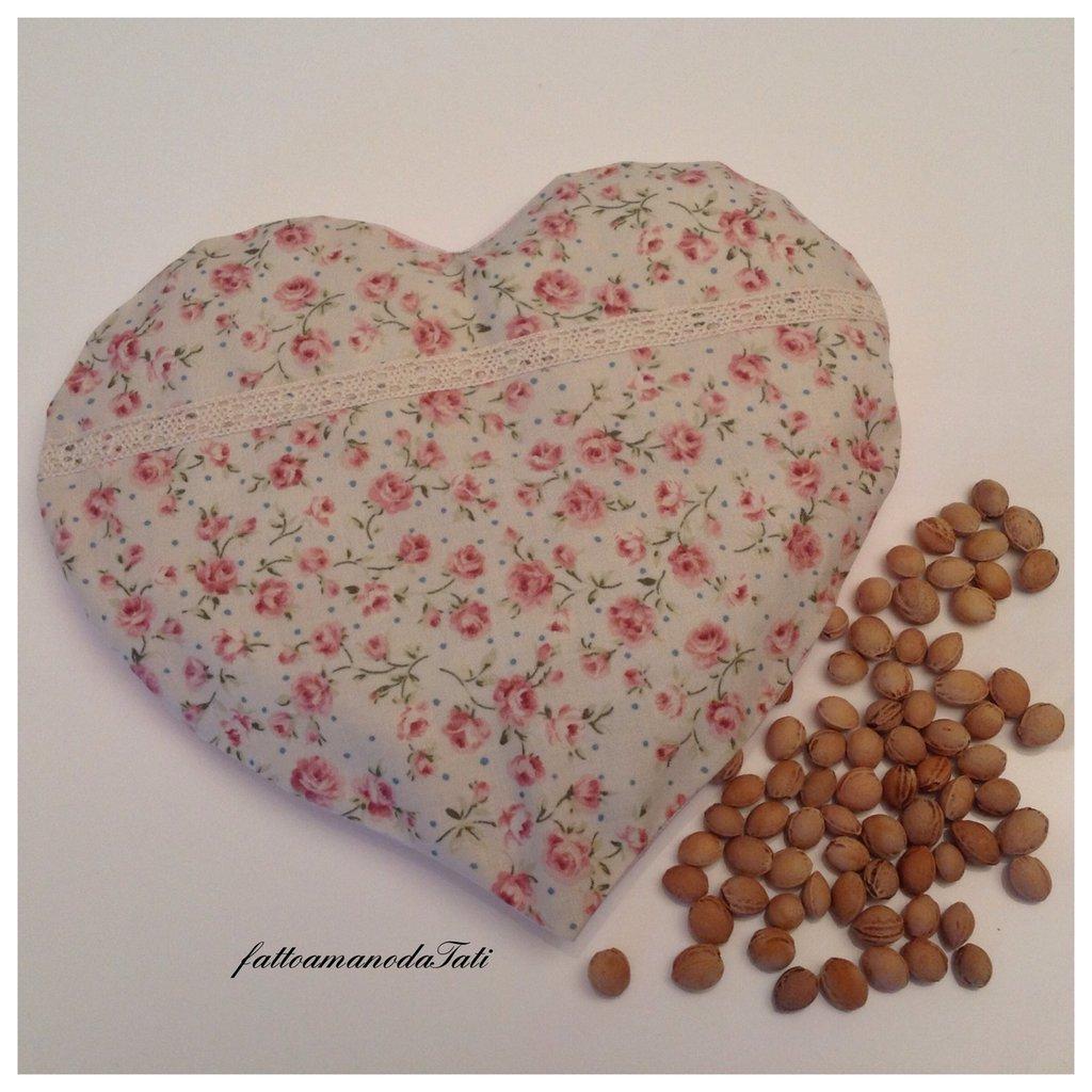 Cuscinetto termoterapico a forma di cuore in cotone a roselline con noccioli di ciliegia